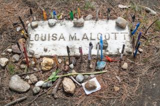 Louisa_May_Alcott_Grave_in_Sleepy_Hollow_Cemetery